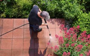homme traite sa terrasse mauvaises herbes pulvérise chlorate de soude
